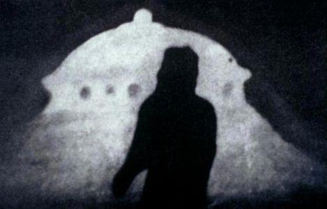 Photo d'un Venusien devant sa soucoupe volante.