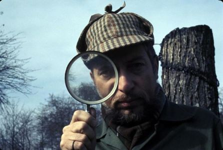 Bernard Heuvelmans pose en Sherlock Holmes.